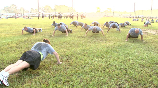 stockvideo's en b-roll-footage met august 19 2008 ha army soldiers doing early morning pushups / fort stewart georgia united states - militaire training