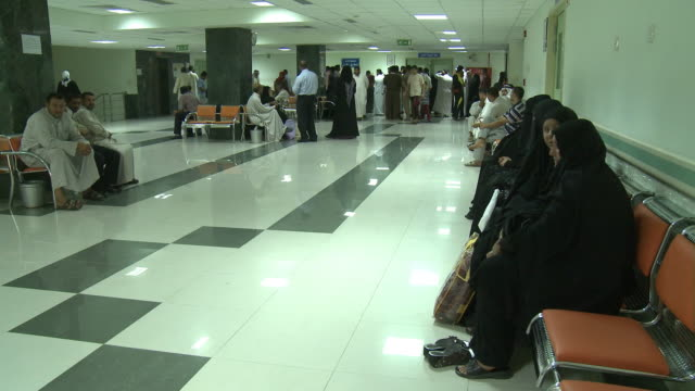 vidéos et rushes de august 19, 2010 patients and family members waiting in triage of hospital / fallujah. iraq - salle d'attente