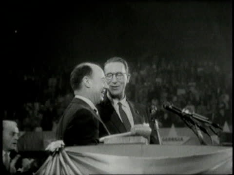 vidéos et rushes de august 1956 ms adlai stevenson and estes kefauver waving to the crowd at the democratic national convention / chicago illinois united states - adlai stevenson