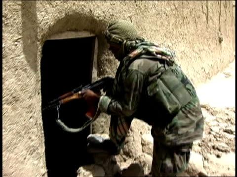 vídeos y material grabado en eventos de stock de august 2004 close-up afghan national army soldier looking into entrance of building/ afghanistan - menos de diez segundos