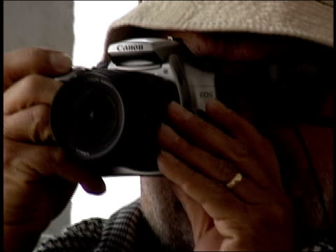 vídeos y material grabado en eventos de stock de august 2004 close-up photographer looking through camera lens/ afghanistan - only mature men
