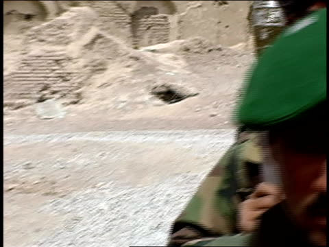 august 2004 medium shot pan afghan national army soldiers and american soldiers talking together/ afghanistan - operazione enduring freedom video stock e b–roll