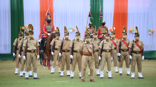 stockvideo's en b-roll-footage met august 2020 indian paramilitary soldiers wearing mask participate in the parade for the 74th independence day celebrations amid the ongoing covid19... - militair uniform