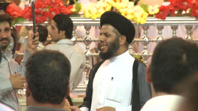 august 26 2010 tu leader speaking as worshipers enter imam ali mosque / najaf iraq - najaf stock-videos und b-roll-filmmaterial
