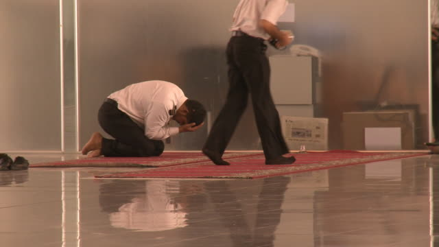 august 26 2010 ws pilots praying on prayer rug at najaf international airport / najaf iraq - najaf stock-videos und b-roll-filmmaterial