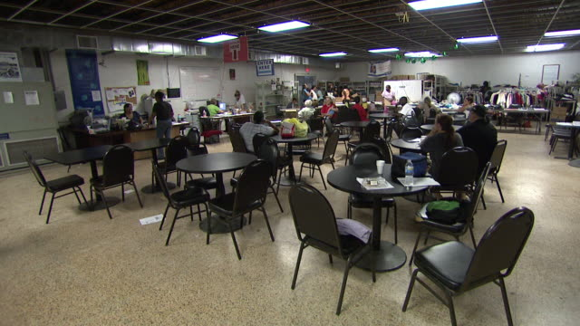 vidéos et rushes de august 26 2010 ha various people dining and socializing inside community center / louisiana united states - cantine scolaire