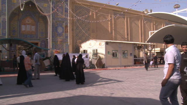 august 26 2010 pan worshipers walking into imam ali mosque / najaf iraq - najaf stock-videos und b-roll-filmmaterial
