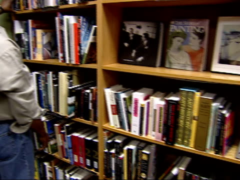 vídeos y material grabado en eventos de stock de august 27, 2002 shopper browsing books on a shelf at a borders bookstore / united states - borders books