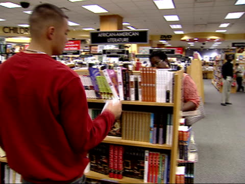 vídeos y material grabado en eventos de stock de august 27, 2002 shoppers browsing shelves at a borders bookstore / united states - borders books