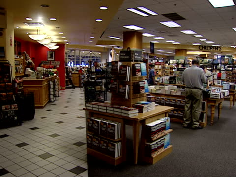august 27, 2002 shoppers in a borders bookstore / united states - ボーダーズ・ブックス点の映像素材/bロール
