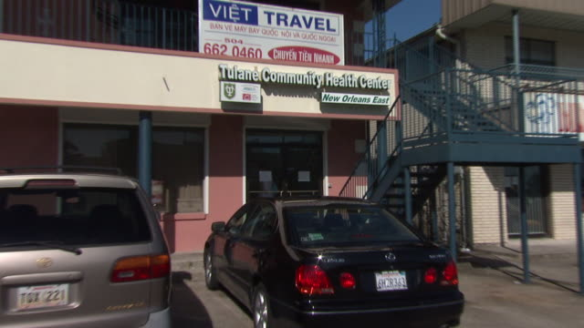 august 27 2010 zo tulane community health center clinic new orleans east building entrance in a strip mall / new orleans louisiana united states - centro commerciale suburbano video stock e b–roll