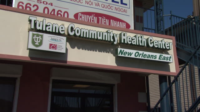 august 27 2010 la tulane community health center's new orleans east location with sign above the entrance / new orleans louisiana united states - centro commerciale suburbano video stock e b–roll