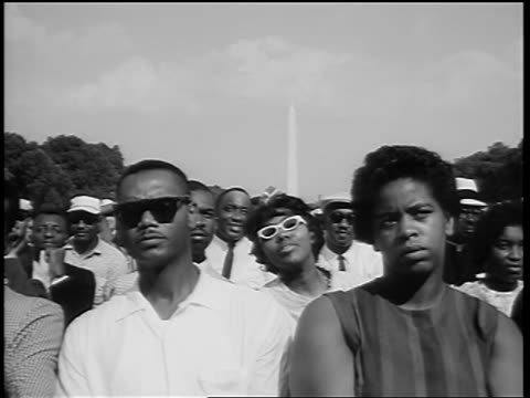 vídeos de stock e filmes b-roll de b/w august 28 1963 black crowd watching marian anderson sing / washington monument in background - 1963