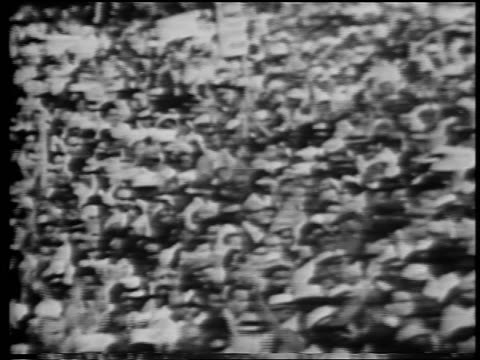 vídeos de stock e filmes b-roll de b/w august 28 1963 pan cheering crowd at march on washington / documentary - 1963