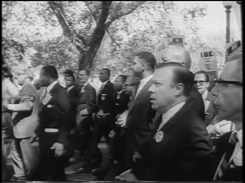 vídeos de stock e filmes b-roll de b/w august 28 1963 civil right leaders marching with crowd / march on washington / newsreel - 1963