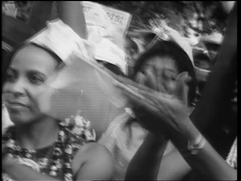 vídeos de stock e filmes b-roll de b/w august 28 1963 close up pan black people cheering king's speech at march on washington - 1963