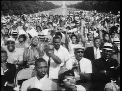 vídeos de stock e filmes b-roll de b/w august 28 1963 crowd cheering at march on washington / washington monument in background - 1963