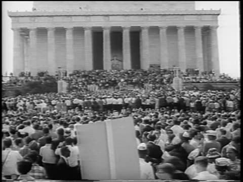 vídeos de stock, filmes e b-roll de b/w august 28 1963 crowd in front of lincoln memorial at march on washington / newsreel - 1963