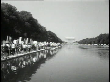 vidéos et rushes de august 28, 1963 crowd marches along reflecting pool / washington, dc, united states - 1963