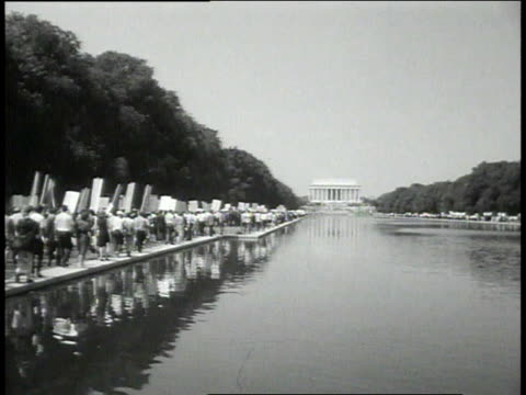 vídeos de stock e filmes b-roll de august 28 1963 ws crowd marches along reflecting pool / washington dc united states - 1963