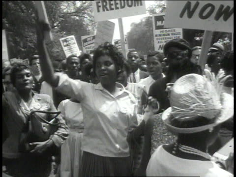 vídeos de stock e filmes b-roll de august 28 1963 ms crowd marching and chanting / washington dc united states - 1963