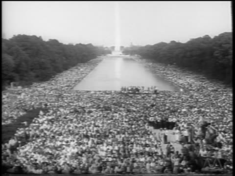vídeos de stock e filmes b-roll de b/w august 28 1963 high angle wide shot huge crowd in mall at march on washington / newsreel - 1963