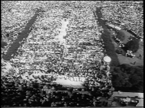 vídeos de stock e filmes b-roll de b/w august 28 1963 high angle wide shot tilt up huge crowd in mall / march on washington / newsreel - 1963