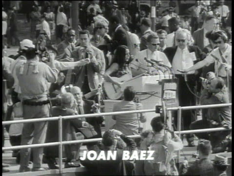 august 28, 1963 joan baez singing at the 1963 civil rights march / washington dc, united states - ワシントン大行進点の映像素材/bロール