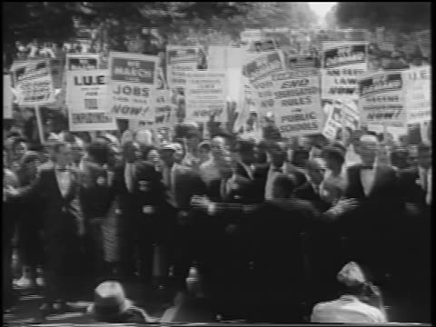 august 28, 1963 leaders directing crowd with signs / march on washington / newsreel - アメリカ公民権運動点の映像素材/bロール