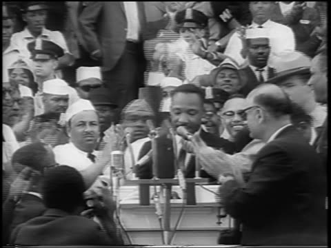 vídeos de stock e filmes b-roll de b/w august 28 1963 martin luther king at podium with crowd clapping at march on washington / newsreel - 1963