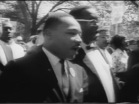 vídeos de stock e filmes b-roll de b/w august 28 1963 martin luther king jr marching with crowd / march on washington / newsreel - 1963