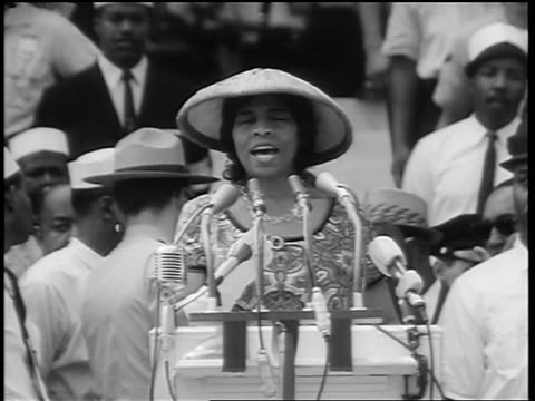 august 28, 1963 tilt up marian anderson singing on steps of lincoln memorial at march on washington - ワシントン大行進点の映像素材/bロール
