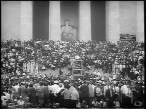 vídeos de stock e filmes b-roll de b/w august 28 1963 wide shot huge crowd in front of lincoln memorial / march on washington / newsreel - 1963