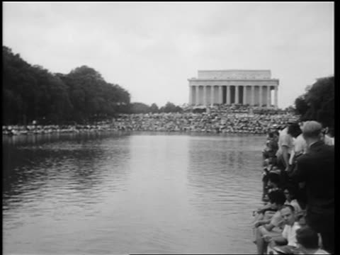 b/w august 28 1963 wide shot huge crowd in mall at march on washington / lincoln memorial in background - アメリカ黒人の歴史点の映像素材/bロール