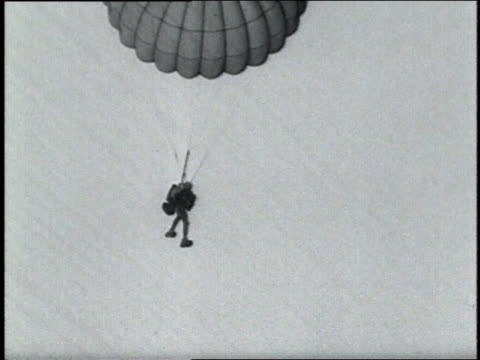 vidéos et rushes de august 30, 1951 montage 83 year old bernard mcfadden parachutes out of an airplane / paris, france - parachute