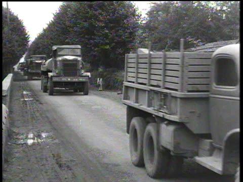 august 31 1944 montage military convoy arriving at base / chartres france - einige gegenstände mittelgroße ansammlung stock-videos und b-roll-filmmaterial
