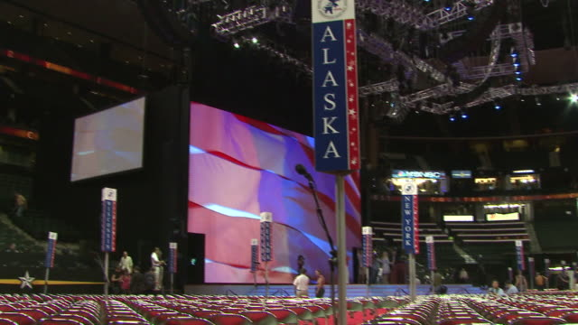 vídeos de stock e filmes b-roll de august 31 2008 pan rows of empty chairs and state signs facing huge screen in xcel energy center before the republican national convention / st paul... - conferência partidária
