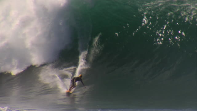 stockvideo's en b-roll-footage met august 31, 2009 a professional surfer catching a heavy wave and executing a sketchy barrel ride / oahu, hawaii, united states - oahu