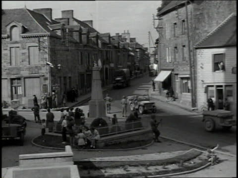 august 4 1944 ha us army transports passing through a french town during wwii / rennes france - 背景に人点の映像素材/bロール