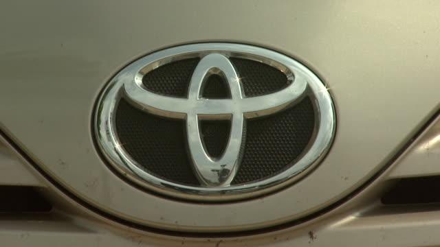 vidéos et rushes de august 6 2009 zo toyota logo on the hood of a car / alexandria virginia united states - alexandria virginie