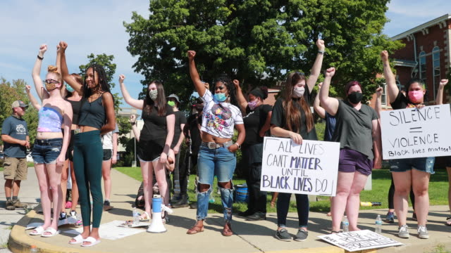 """august 8, 2020; martinsville, indiana: black lives matter activists chant, """"black lives matter,"""" while holding a rally on the morgan county... - giustizia sociale video stock e b–roll"""