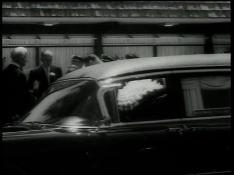 stockvideo's en b-roll-footage met august 9 1962 ws joe dimaggio son in marine corps uniform with guests follow marilyn monroe's hearse / hollywood los angeles california united states - marilyn monroe