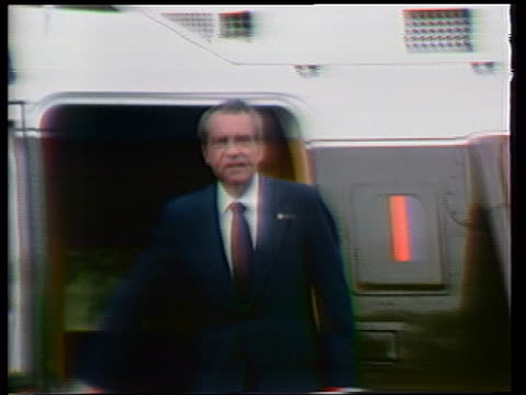 august 9, 1974 richard nixon waving + giving victory signs then boarding helicopter on white house lawn after resigning as president / washington, dc - リチャード・ニクソンの大統領辞任点の映像素材/bロール