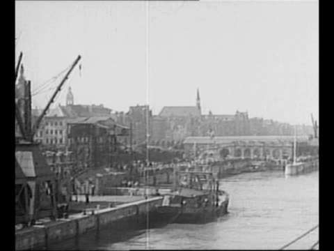 vidéos et rushes de augusta moves toward port in antwerp, belgium, as hands in foreground wave / us president harry truman sits at rail of augusta, en route to berlin... - couvre chef