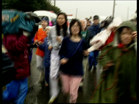 vidéos et rushes de aum shinrikyo cult members and police at satian 7; riot police officers arriving / cult members shouting at riot police officers with shields / cult... - groupe organisé