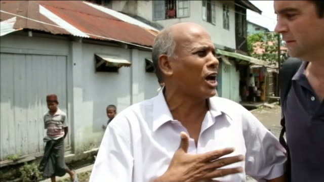 vidéos et rushes de aung mingalar sittwe ext pov as along in vehicle to aung mingalar area people on street 'police' sign on shields close shot police officer's baton... - turning on or off