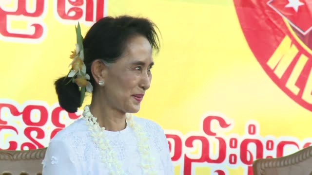 vídeos de stock e filmes b-roll de aung san suu kyi addressed hundreds of supporters in myanmars volatile rakhine state friday flanked by the biggest security contingent seen so far in... - maior