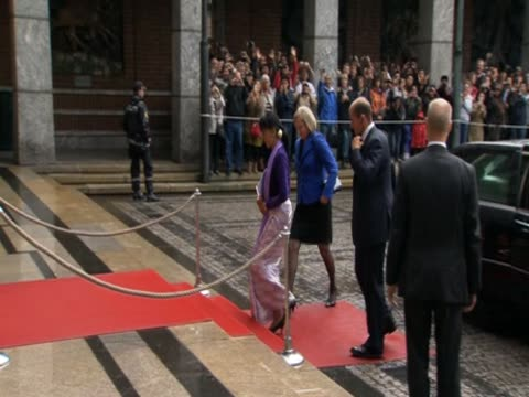 aung san suu kyi walks up a red carpet as she arrives to collect her nobel peace prize 20 years after it was awarded - ノーベル平和賞点の映像素材/bロール