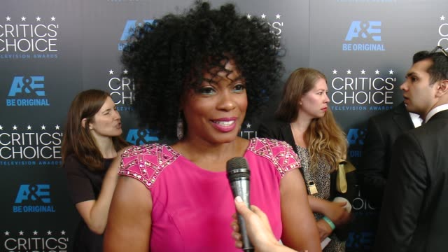 aunjanue ellis on being at the event at the 2015 critics' choice television awards at the beverly hilton hotel on may 31, 2015 in beverly hills,... - 放送テレビ批評家協会賞点の映像素材/bロール