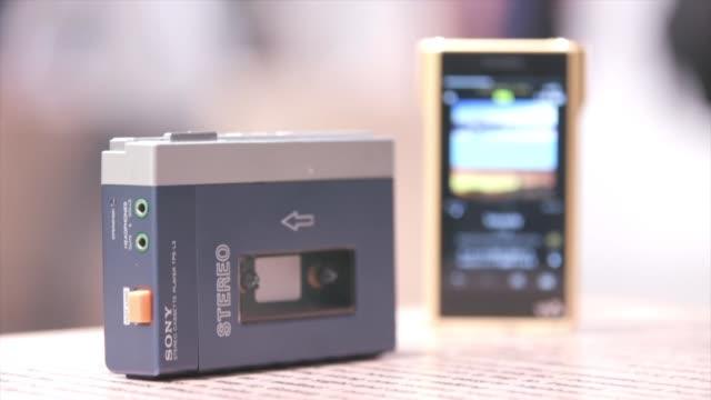 aunque en la actualidad se parezca mas a un smartphone con su pantalla tactil memoria interna y conexion inalambrica el legendario walkman de la... - stereo personale video stock e b–roll